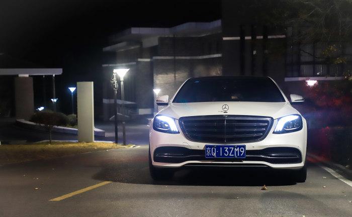 体验奔驰S450L人道化建设 LED矩阵大年夜灯&自动驾驶