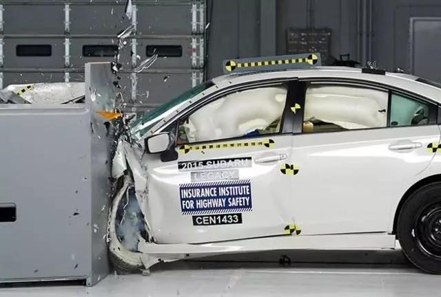 宝马引擎盖一坐就塌 汽车安全原来由这四点决定