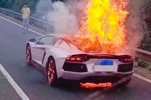 借来的兰博基尼高速堵车起火,驾驶员看着车子完全烧毁