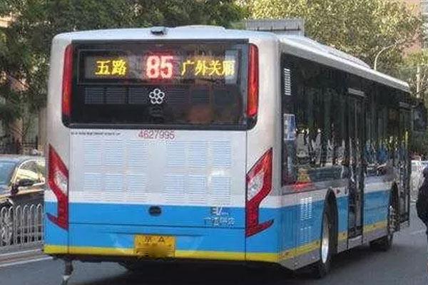 公交车厢不足10摄氏度!只因电量有限不开空调