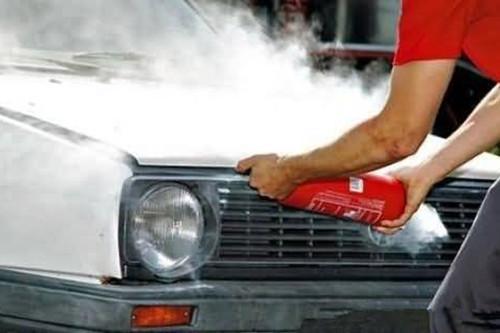 让引擎盖漏一条缝