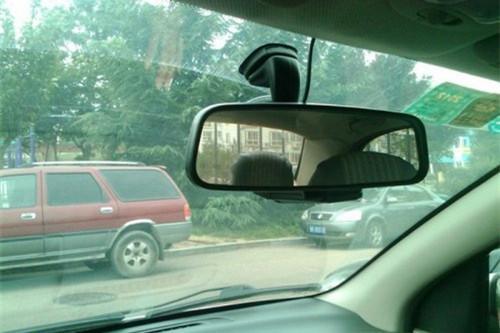 靠近车内后视镜