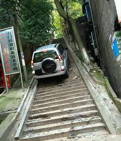 牛人开车爬200米阶梯