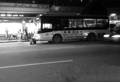 男子打车追公交