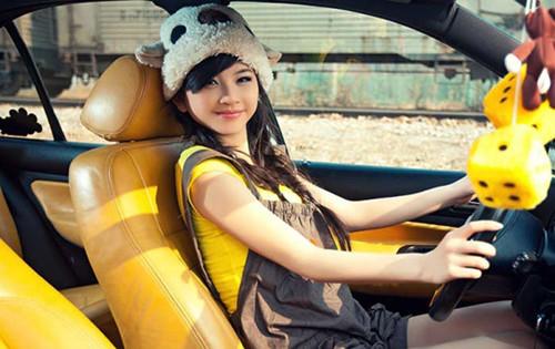 开车的女人生活照
