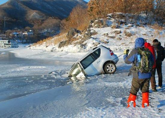 车掉进冰水里