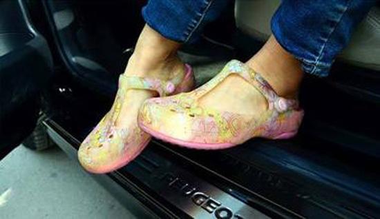 穿洞洞鞋开车
