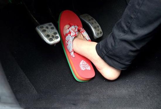 穿拖鞋开车