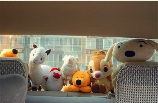 后挡风玻璃前的毛绒玩具