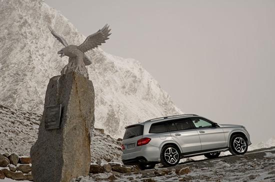 2017-Mercedes-Benz-GLS550-4Matic-with-statue.jpg