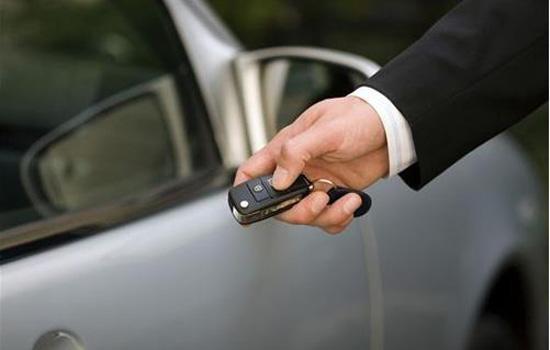 遥控钥匙的一个小功能,长按遥控钥匙上的关门键,就能关上车窗!高清图片