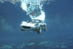 车掉进水里了,怎样可以逃生呢?