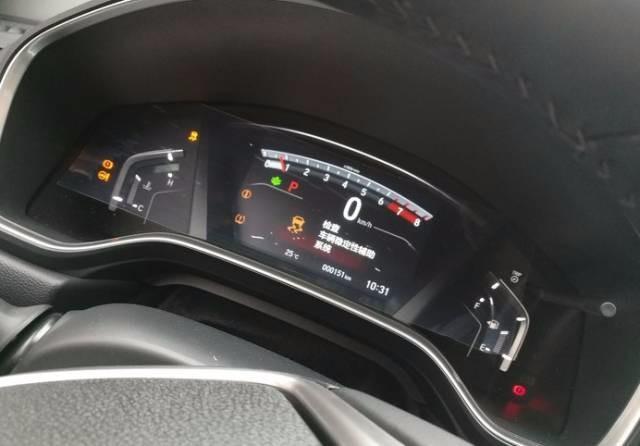 检查:动力转向系统+各种故障灯 从其提供的故障现场照片来看,发生故障后车辆前方仪表板出现各种故障提示灯,车辆稳定系统、动力转向系统、胎压低警告灯、制动系统警告灯等相继亮起。 车主二:买来的新款CR-V为两驱风尚版,提车仅一周,8月11日在高速上车速大概为70-80km/h,突然刹车硬了刹不下去,仪表盘提示:请检查制动系统、检查胎压监测等。只能慢慢停靠在停车带上,强制熄火,过了几分钟后车子又回复正常。车主回想当时情形,感慨幸好车速并不高,过往的车辆不多,否则发生追尾就太可怕了。 追尾严重吗?看运气了,比